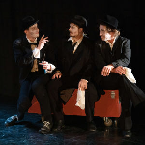 Skådespelarna Jon Henriksen, Antti Seppänen och Fabian Silén på scen i Teater Viirus föreställning av Svält.