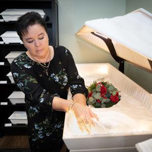 Hautaustoimistossa esitellään ruumisarkun sisustaa.