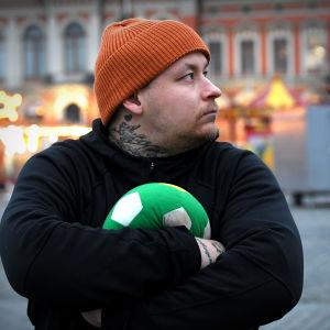 Pele Koljonen håller i en mjukisboll.