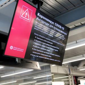 Venäjänkielinen ohjeistus korona-käytännöistä Vaalimaan rajanylitysasemalla