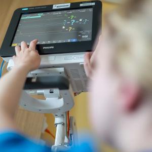Sjukvårdspersonal startar en monitor.