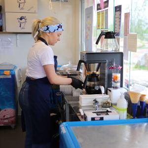 Ursula Mantere kesätyöpaikallaan Kotkassa jäätelönmyyjänä.