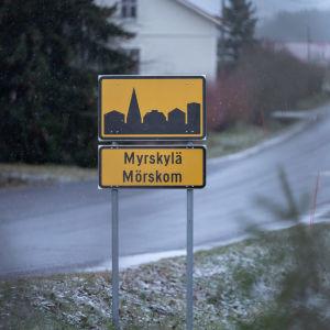En skylt där det står Mörskom invid en vägkant.