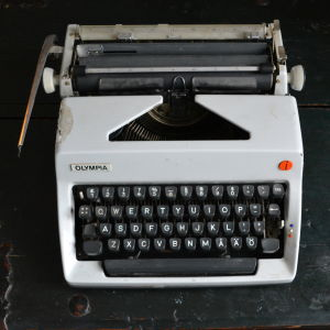 Vit skrivmaskin av märket Olympia.