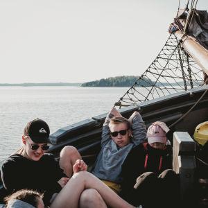 Lukiolaiset rentoutuvat Kaljaasi Olgan kannella kotimatkalla Turkuun.