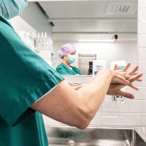 Carita Vuorenpää ja Lotta Lantto leikkausalihoitajat Jorvin sairaalan Anestesia- ja leikkausosasto K:lla.