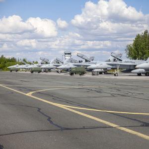 Yhdysvaltojen Hornet hävittäjiä Rissalan varuskuntaalueella