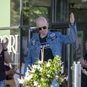 Toni Wirtanen saapuu lavalle, jossa hänet palkitaan Juha Vainio -palkinnolla