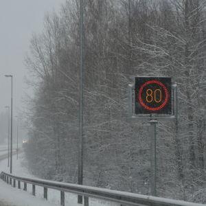 Hastigheten sänkt till 80 km/h p.g.a dåligt väglag