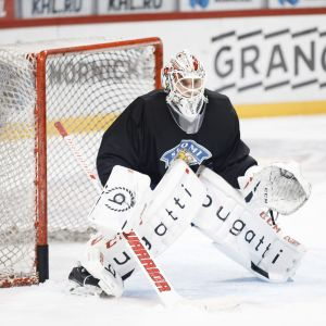 Kevin Lankinen vaktar sitt mål på landslagets träning.