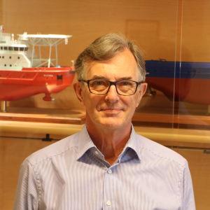 Carl Gustaf Rotkirch står framför isbrytarmodeller