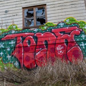 Graffitimålning på ödehus.