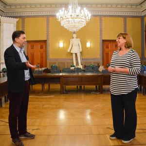 En man och en kvinna som står i en sal.