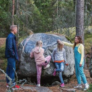 Egenland-ohjelman juontajat Hannamari Hoikkala ja Nicke Aldén ovat metsässä seuranaan tytöt Nellie ja Mea Wallden. Heidän keskellään on suuri kivi, josta on osa hiottu sileäksi.