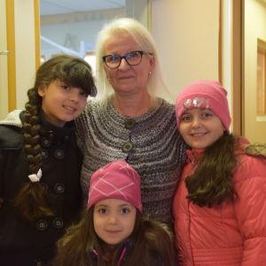 kvinna med tre flickor