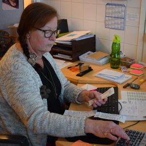 Hanna Pärnänen näppäilee laskinta.