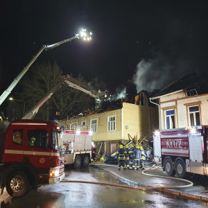 Palokunta sammuttaa tulipaloa