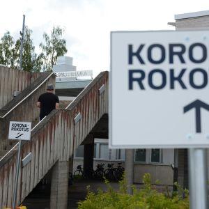 Koronarokotukseen ohjaavia kylttejä Kainuun keskussairaalan pihalla.