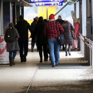 Ihmisiä asemalla