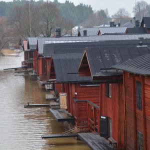 Röda bodar vid Borgå å en murrig januaridag