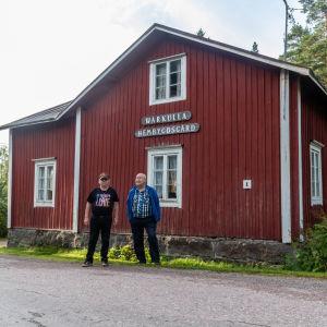 Peter Larsén och Svante Kiljander på gårdsplanen vid Wårkulla.