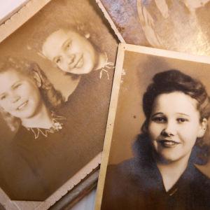 Två gamla svartvita foton från 1940-talet. På det övre en flicka med svart hår, på det under fotot finns två flickor i festkläder.