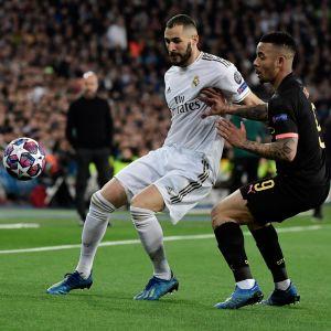 Karim Benzema och Gabriel Jesus kämpar om bollen