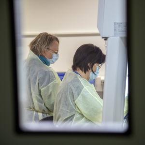 Vårdpersonal tar coronavirusprov.