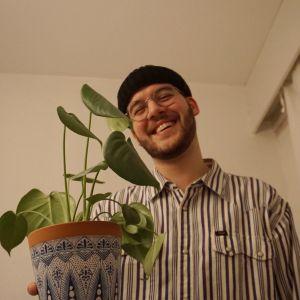 Nosteessa-artisti Fabianossa kukkaruukun kanssa.