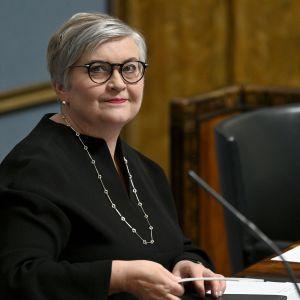 Anu Vehviläinen som nyvald talman för rikdsdagen. Hon sitter i talmansstolen.