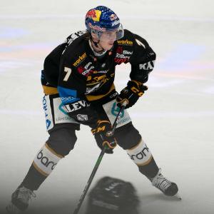 Kärppien puolustaja Topi Niemelä pelaa vahvaa liigakautta.