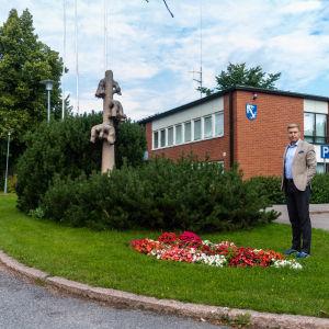 Sam Vourinen vid kommuhuset i Mörskom.