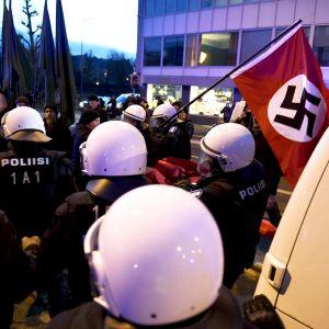 Poliisi pysäytti uusnatsien Kohti vapautta! -marssin Hakaniemessä Helsingissä itsenäisyyspäivänä 6. joulukuuta 2018.