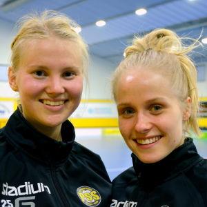 Innebandyspelarna Olivia Kortelainen och Linda Törnqvist