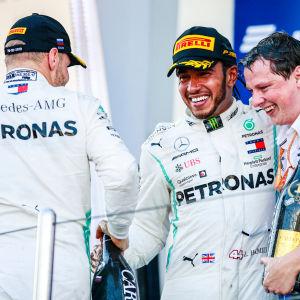 Lewis Hamilton och Valtteri Bottas på podiet.