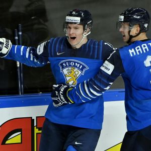Anton Lundell firar mål.