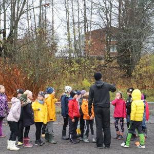 Barn vid Sirkkala skola under en gymnastiklektion.