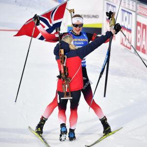 Johannes Böl och Marte Olsbu Röiseland firar guld.