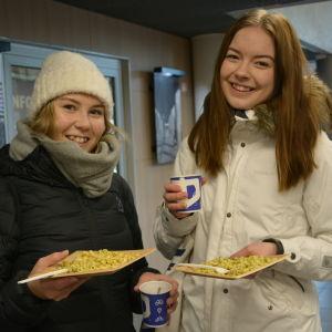 Många ville vara med och fira dillmakaronifest i Vasa. - Vasa är en fantastisk studiestad, säger Emilia Närhi och Sanna Keltanen.