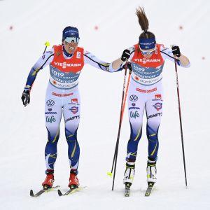 En trött Charlotte Kalla skickar ut Ebba Andersson på den tredje sträckan. Sverige hade då 1 minut och 39 sekunder upp till ledande Norge.