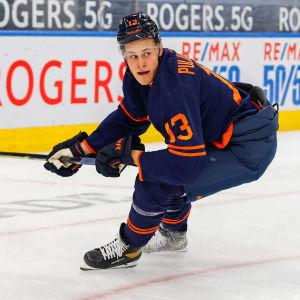 Jesse Puljujärvi gör en tvärsväng i rinken.