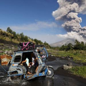 Filippinska bybor flyr undan vulkanutbrottet.