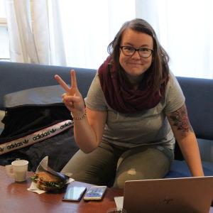 Ung kvinna jobbar vid en dator.