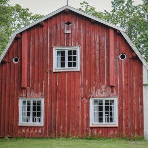Kaksikerroksinen, vanha punainen puutalo kuvattuna päädystä