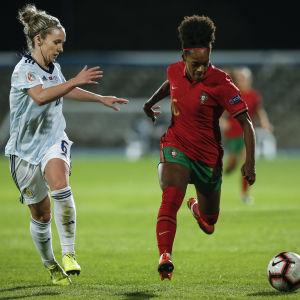Skottlands Rachael Boyle försöker stoppa Portugals Diana Silva.