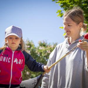 Johanna Merioja-Kauhanen, 38 ja Mimmi Kauhanen, 3 leikkipuisto linjassa.
