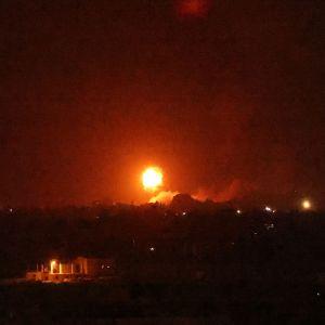 Tulipallo taivaalla Israelin Gazan kaistalle tekemän ilmaiskun jälkeen.