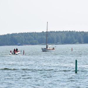 båtar i vid bakom grönt sjömärke