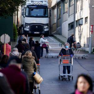 Det är tillåtet att handla mat i Belgien men mängden kunder som släpps in samtidigt begränsas. De kunder som inte ryms in får köa utanför.