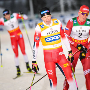 Johannes Høsflot Klæbo åker i mål före Aleksandr Bolsjunov och Emil Iversen.